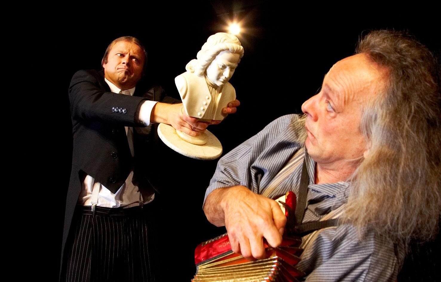 Gogol & Mäx mit Beethoven-Büste und Zieharmonika