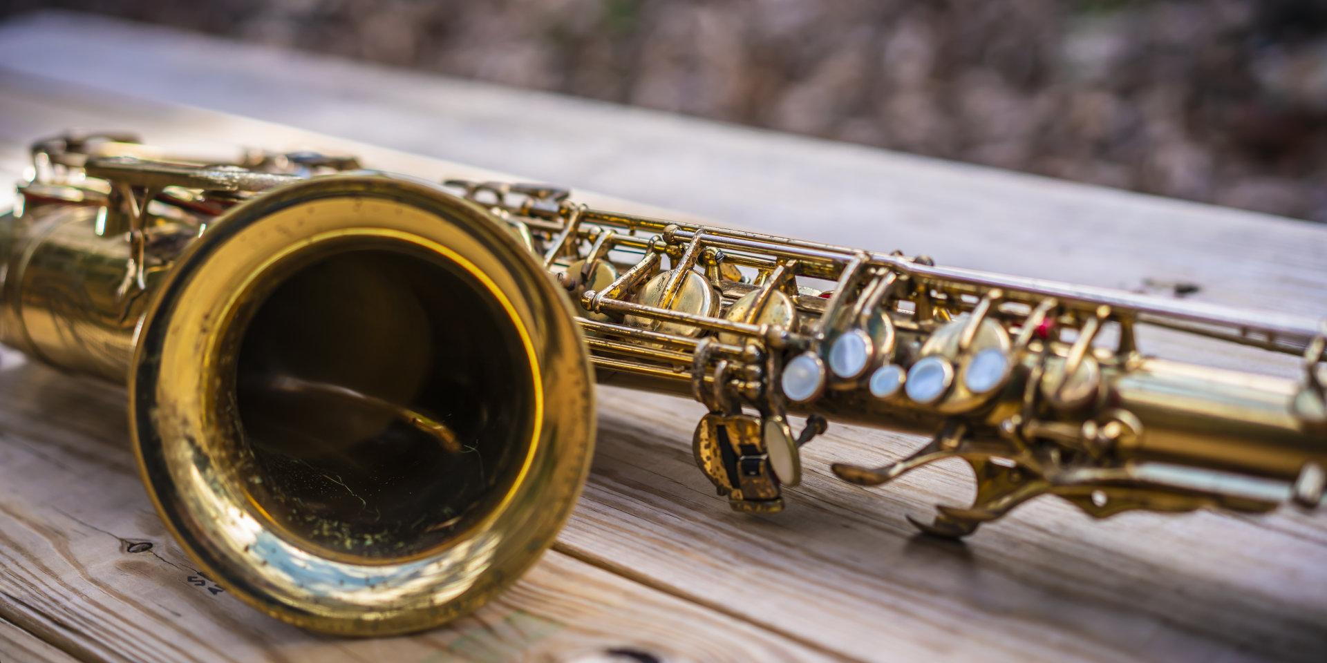 Saxophon auf Holztisch